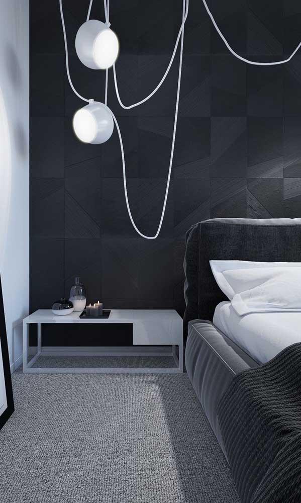 Criado-mudo cinza e moderno acompanhando o estilo e altura da cama