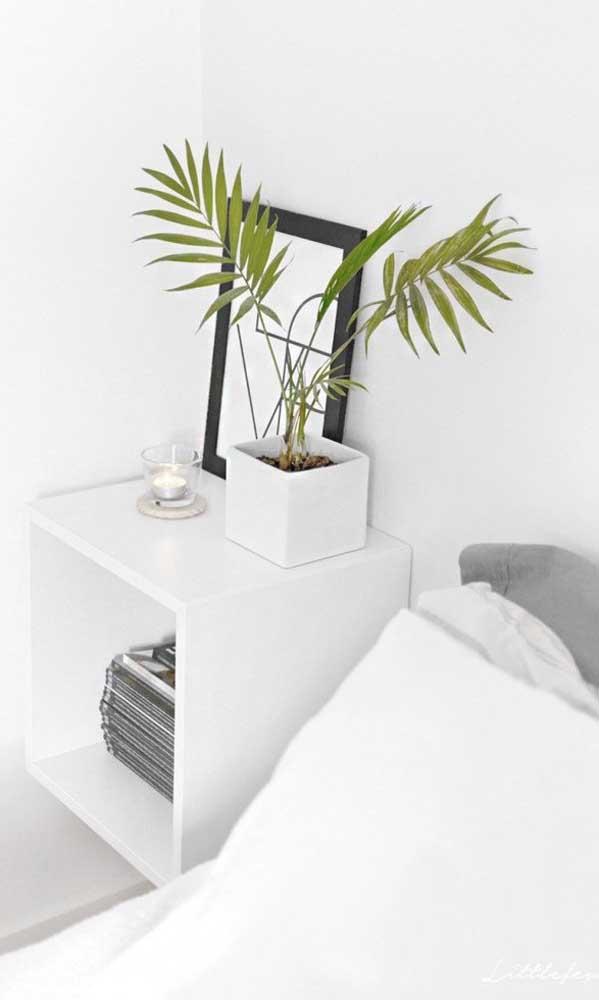 Um nicho branco em MDF como esse da imagem você encontra facilmente em qualquer loja e pode transformá-lo em criado-mudo quando chegar em casa