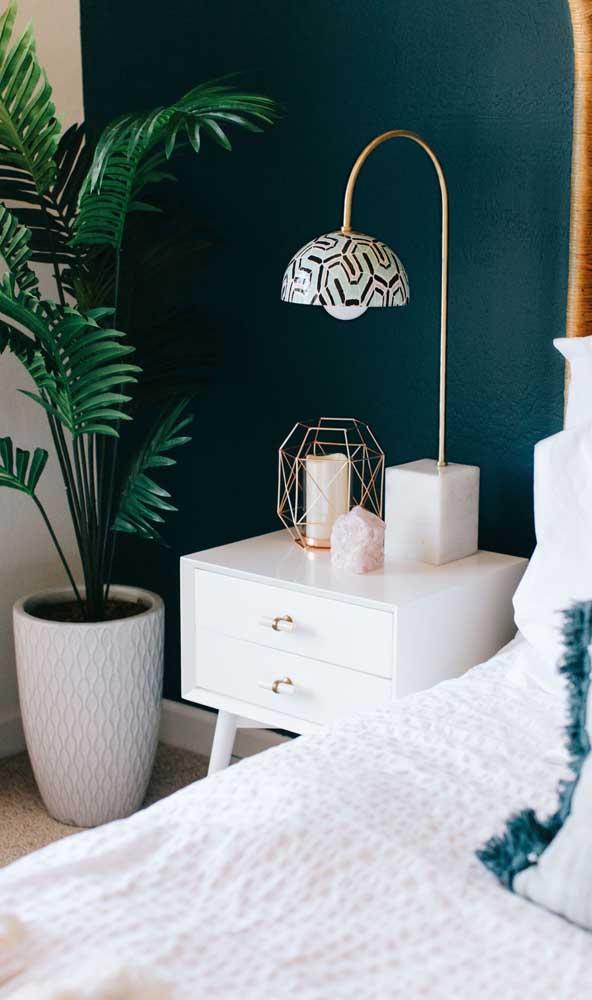 Criado-mudo com pés retrô para o quarto elegante e moderno