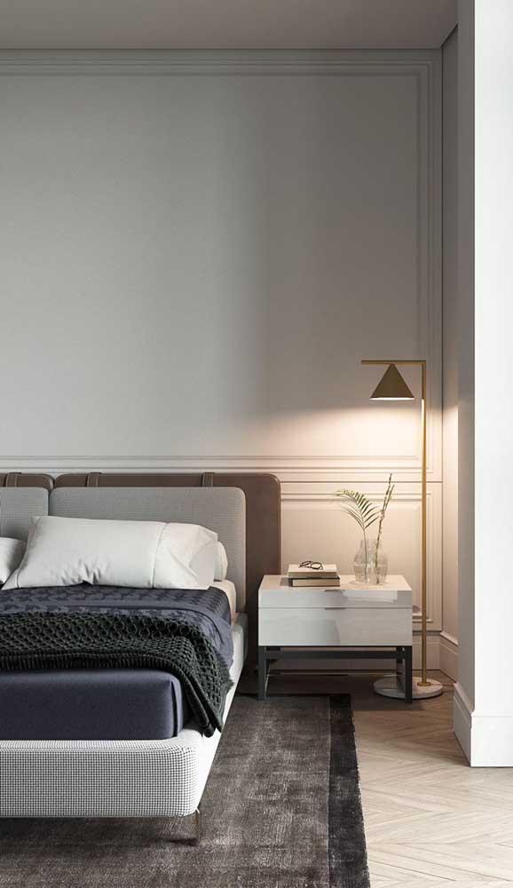 O quarto de casal cheio de sofisticação apostou em um criado-mudo largo e com base metálica