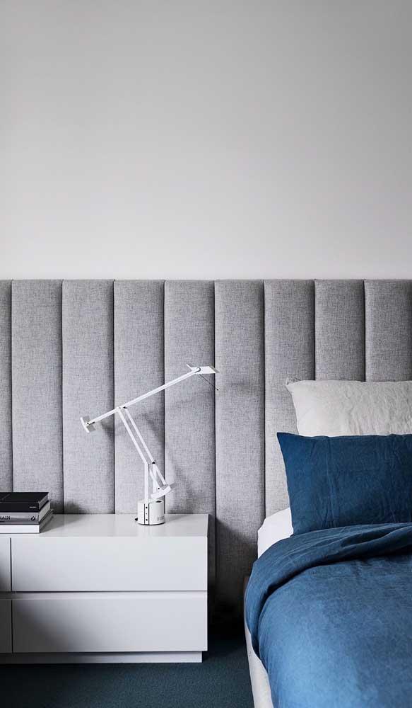 A luminária direcionável completa o conforto e a funcionalidade do criado mudo