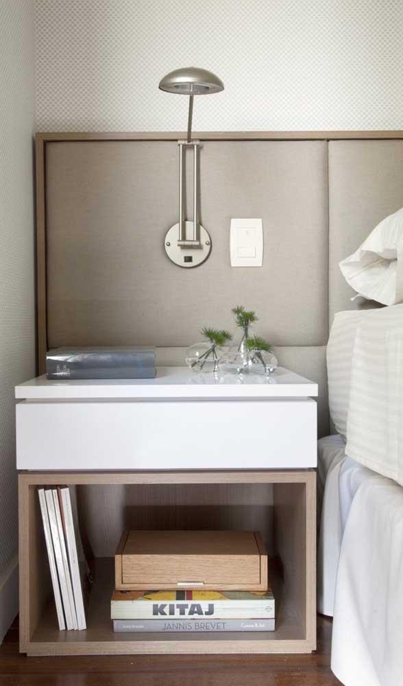 Criado-mudo branco com madeira seguindo a moldura da cabeceira da cama