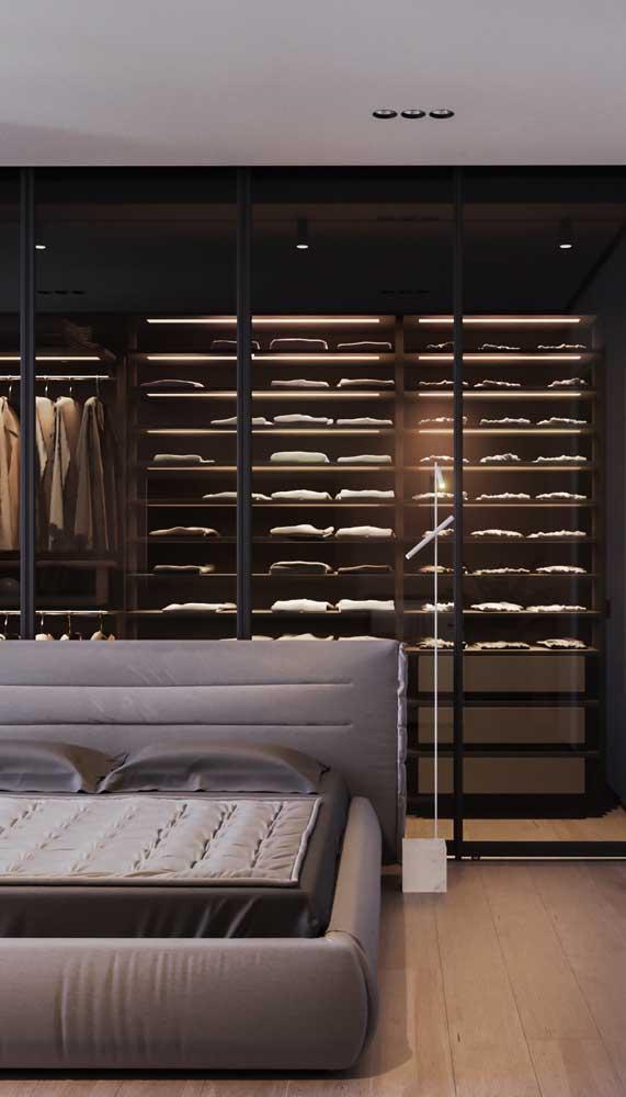 Nesse quarto de casal super elegante, o guarda-roupa aberto foi construído atrás da cabeceira da cama