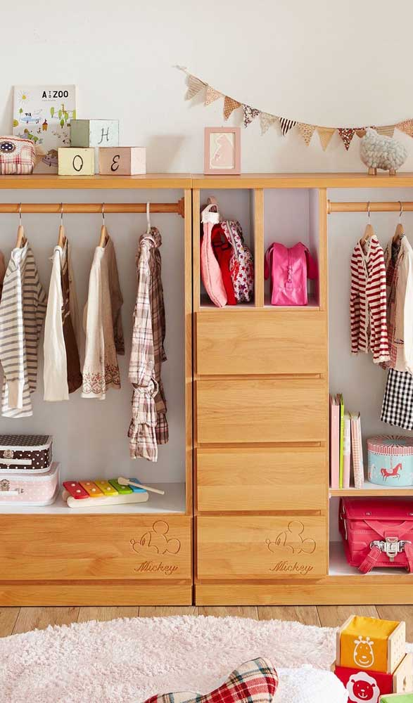 O guarda-roupa aberto no quarto infantil serve também para organizar os brinquedos