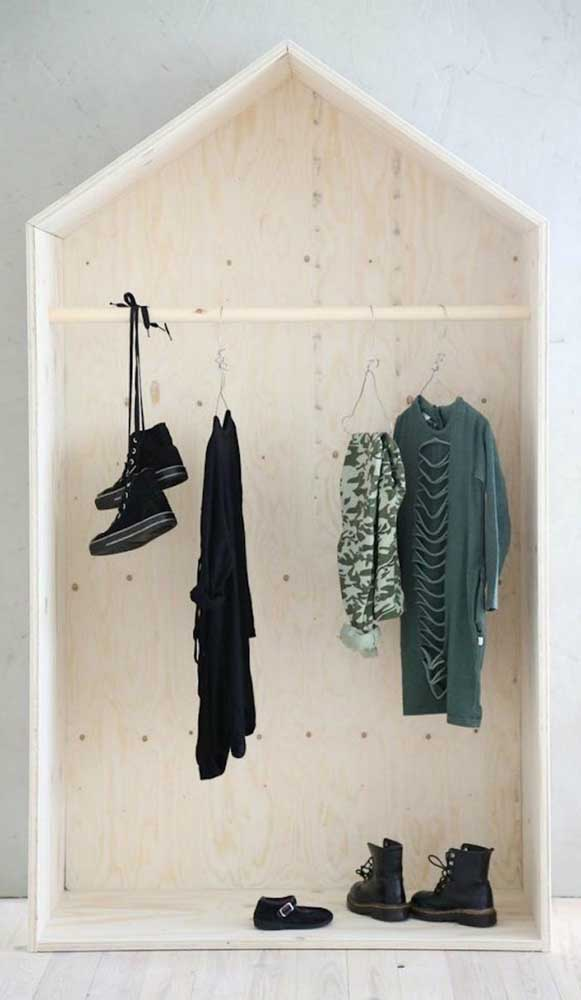 Guarda-roupa aberto feminino em nicho de casinha