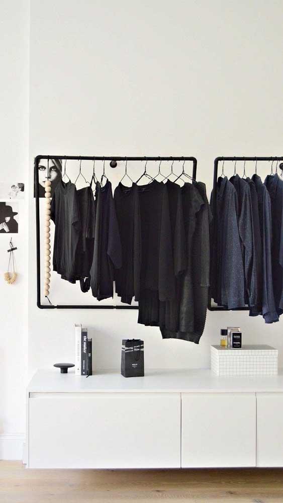 Ideia de guarda-roupa aberto com araras. Note que o móvel abaixo ajuda a manter tudo organizado e bem guardado