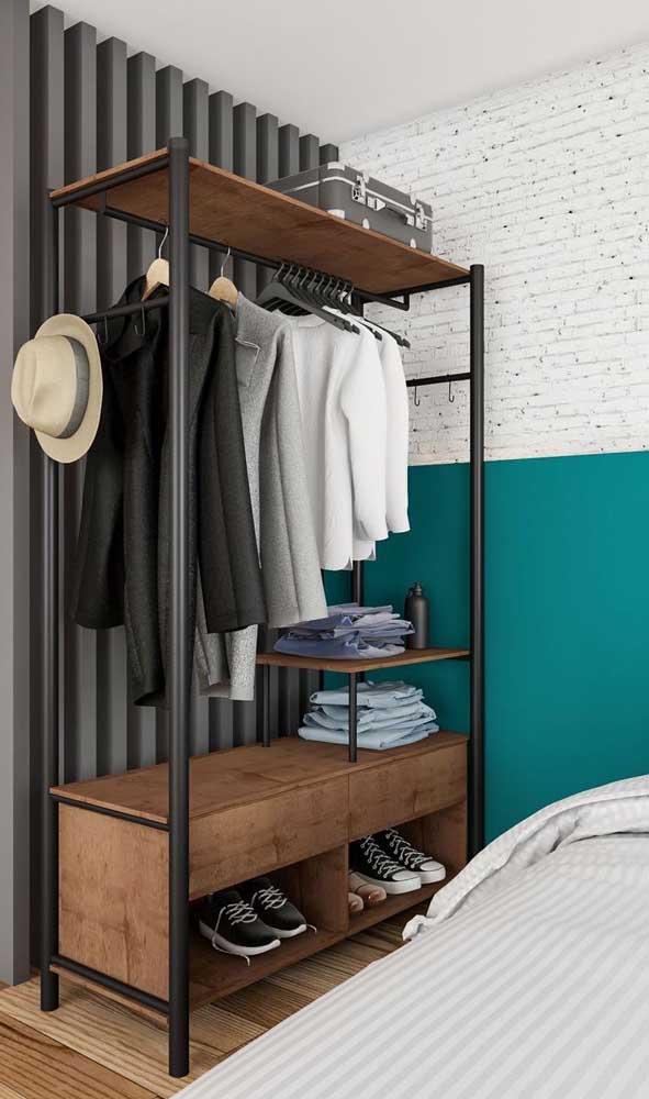 Guarda-roupa aberto masculino em uma versão pequena, simples, mas com muito estilo