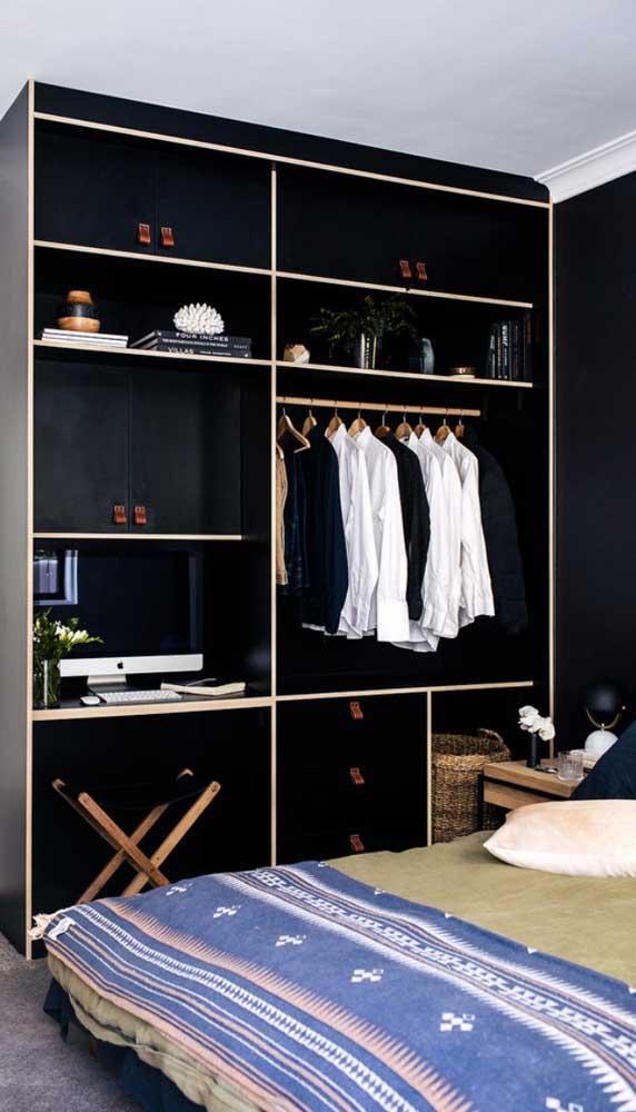 Aqui, o guarda-roupa aberto tem espaço até para o computador, tornando-se também a escrivaninha do quarto