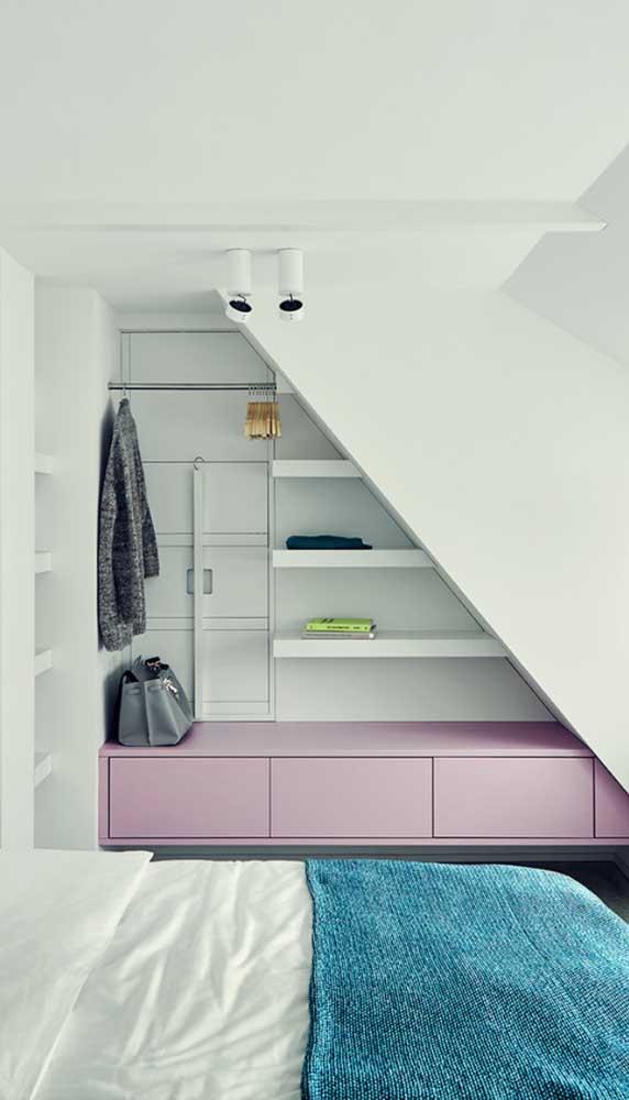 Muito bem aproveitado o espaço embaixo da escada com a criação do guarda-roupa aberto