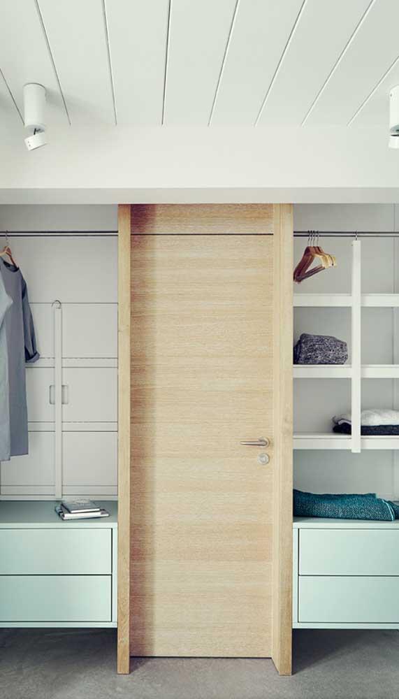 Guarda-roupa aberto com prateleiras, nichos e gavetas