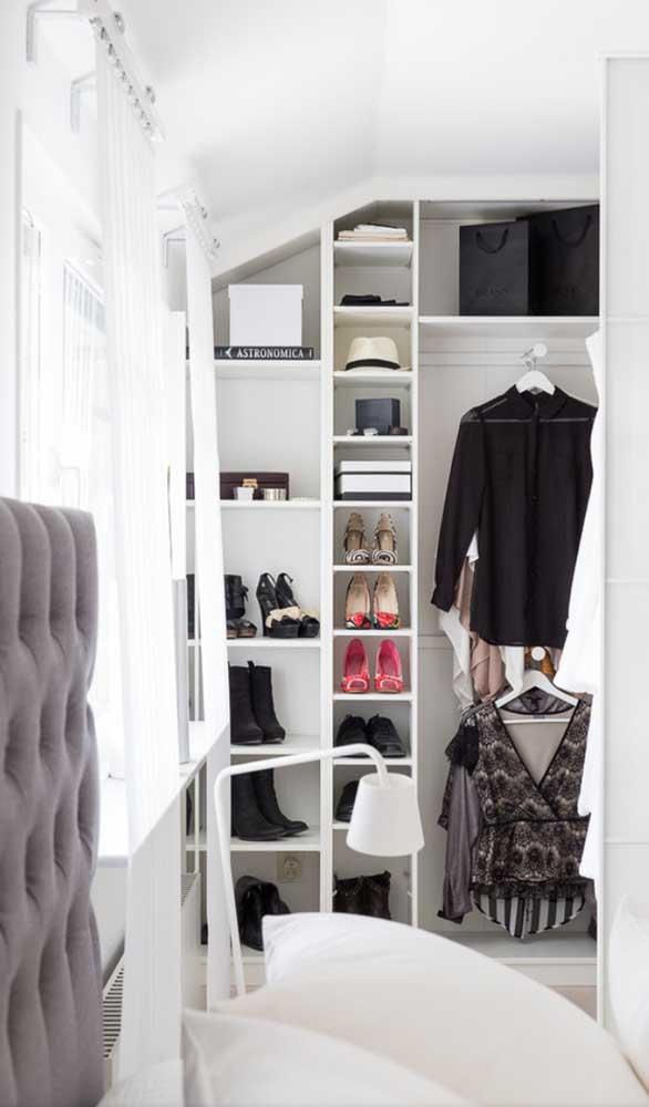 Guarda-roupa aberto embutido com espaço especial só para os sapatos