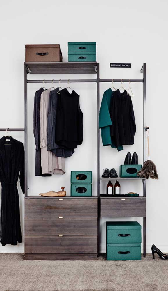 As caixas organizadoras são fundamentais em projetos de guarda-roupa aberto. Escolha aquelas que mais combinam com o seu quarto