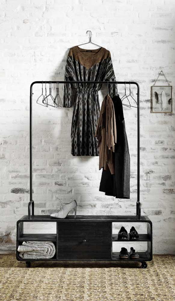 Guarda roupa aberto feminino simples: só o necessário por aqui
