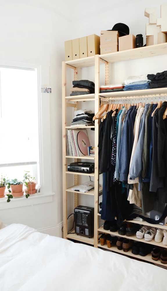 Barateie ainda mais o custo do guarda-roupa aberto optando pelo uso da madeira de pinus