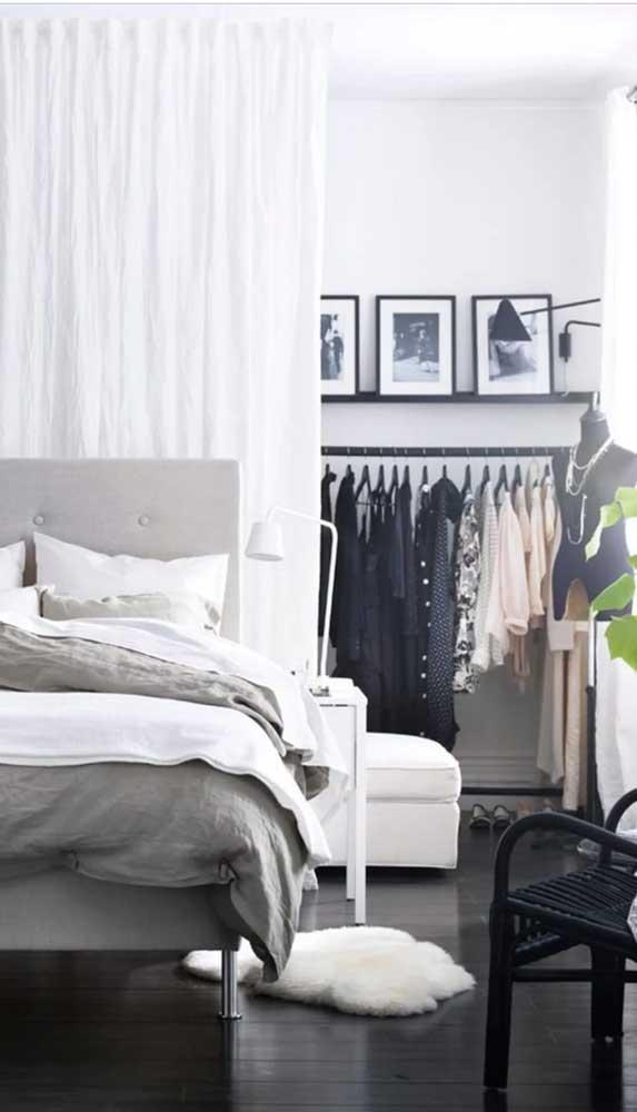 O que tem atrás da cabeceira da cama? O guarda-roupa aberto ocultado pela cortina