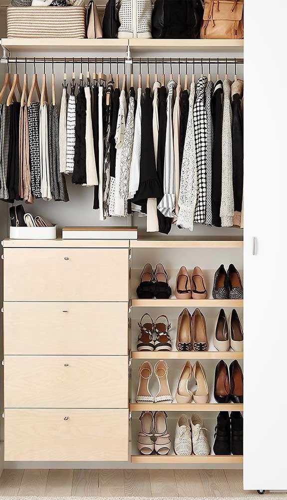 Organização é a chave do sucesso de um guarda-roupa aberto