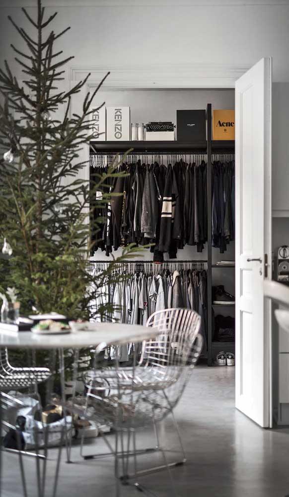 E atrás da porta da cozinha o que tem? O guarda-roupa aberto!