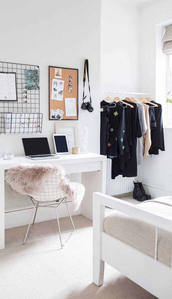 Aquele espacinho sem vida do quarto pode se tornar o lugar perfeito para o guarda-roupa aberto