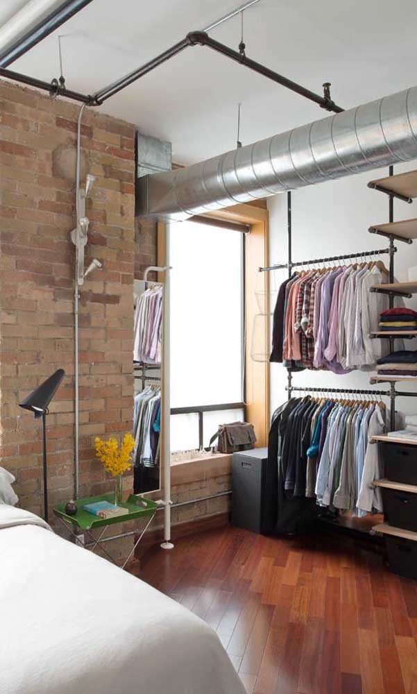 O quarto de estilo industrial combinou super bem com a proposta despojada do guarda-roupa aberto