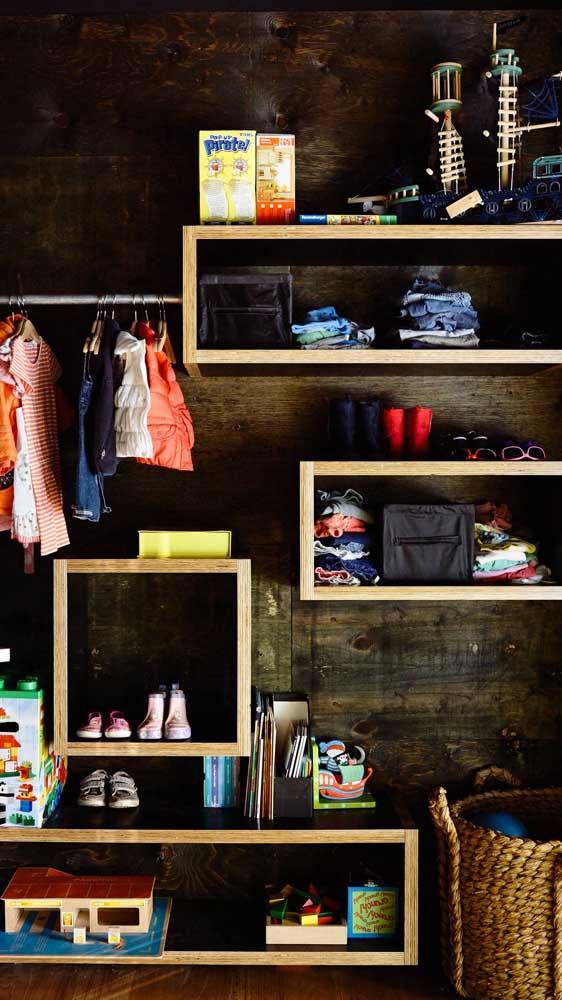 Guarda-roupa aberto infantil feito com nichos e prateleiras