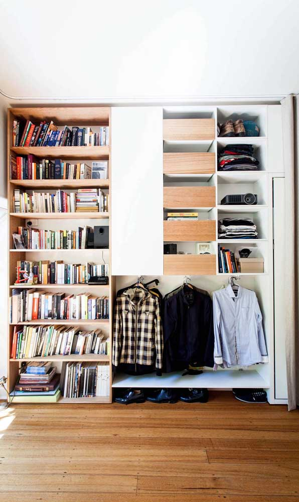 Livros e roupas compartilham o mesmo espaço por aqui