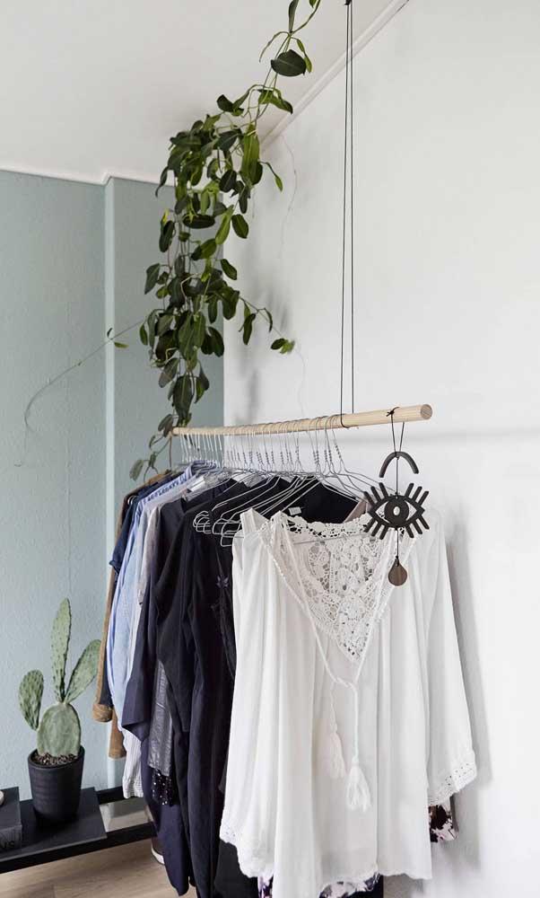 Modelo rústico de guarda-roupa aberto feito com galho de árvore suspenso. Perfeito para um quarto boho