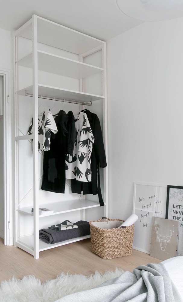 Guarda-roupa aberto feito em marcenaria planejada, otimizando todo o espaço da parede