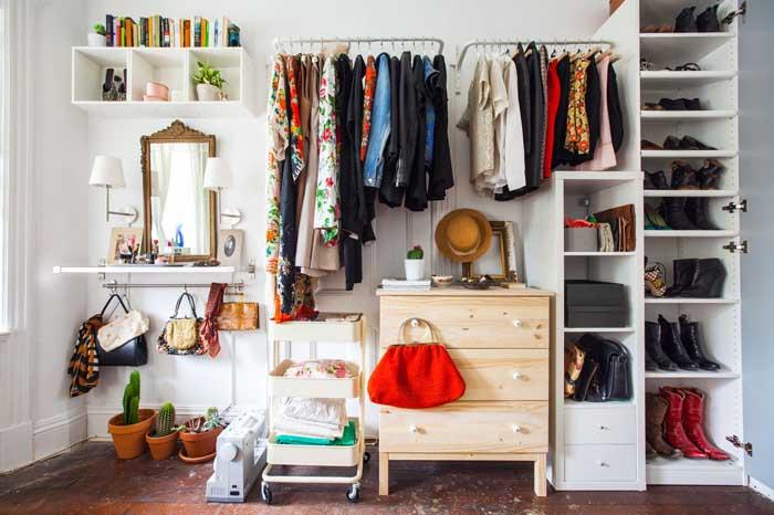 Penteadeira e guarda-roupa aberto: tudo na mesma parede