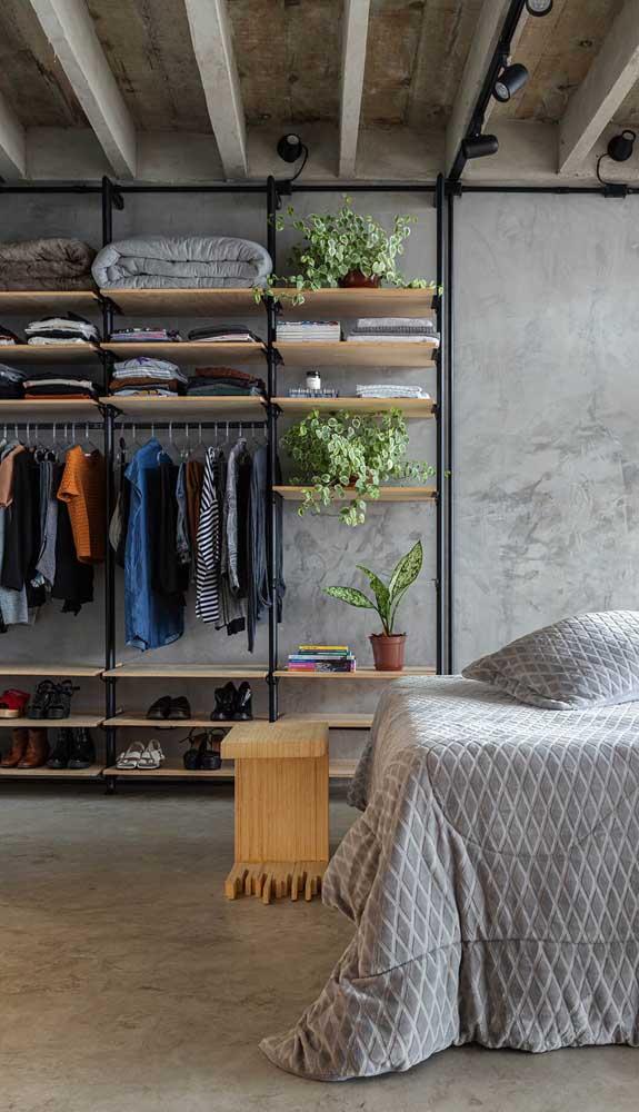 Modelo de guarda-roupa aberto bem moderninho com estrutura de ferro e prateleiras de madeira