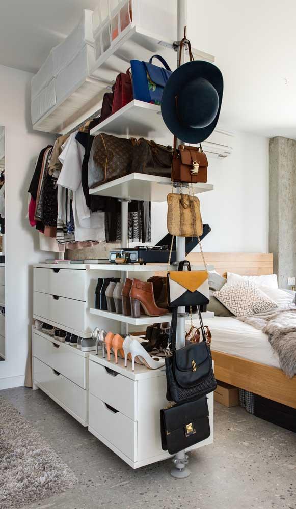 Aqui, o guarda-roupa aberto serve também como uma divisória no quarto do casal