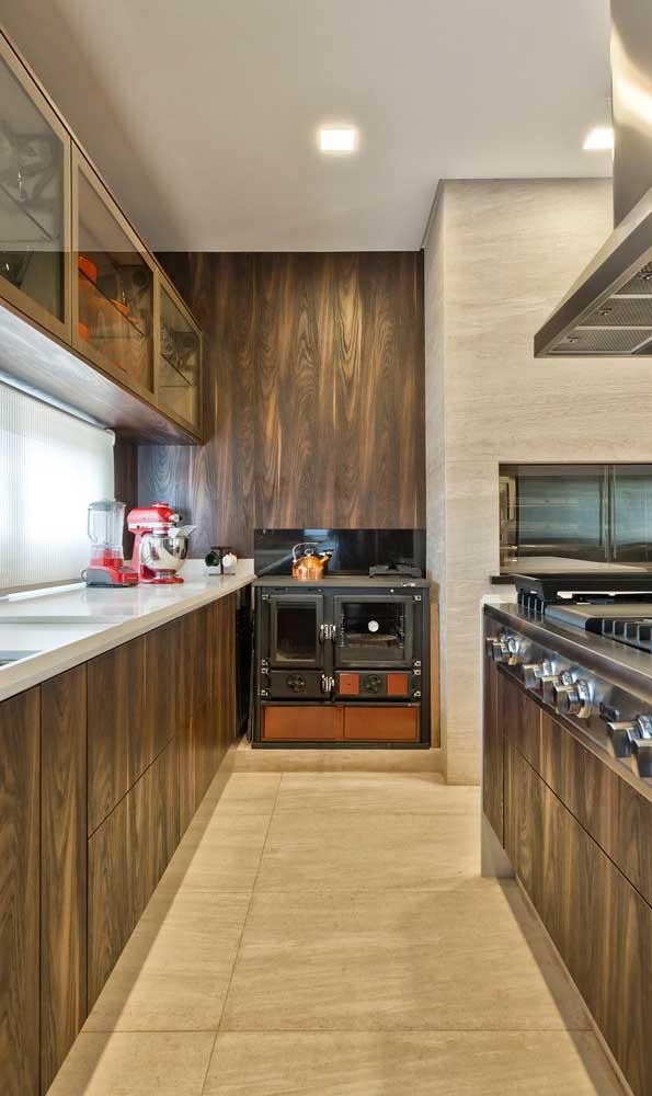 Que tal um forno a lenha de ferro, bem antigo, para contrastar com a modernidade da cozinha?