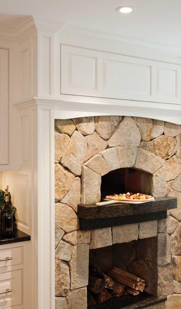Um belo modelo de forno a lenha revestido com pedras brutas