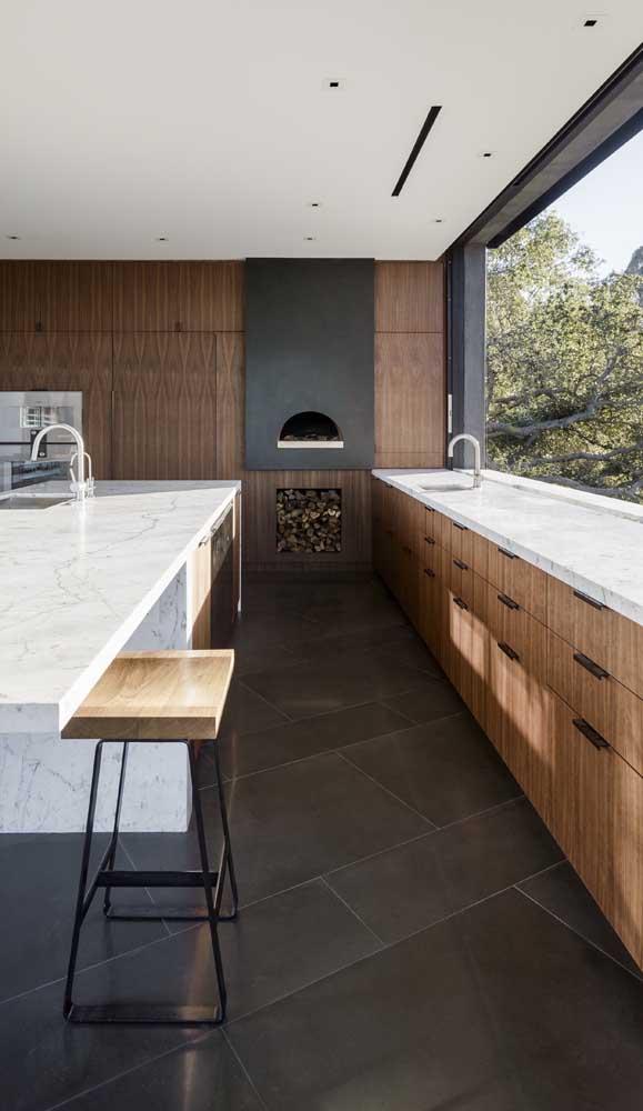 Quem diria que uma cozinha moderna e elegante como essa comportaria tão bem a simplicidade do forno a lenha?