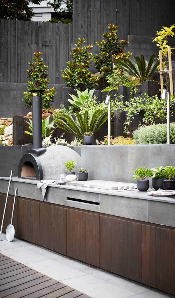 Um forno a lenha no jardim de casa