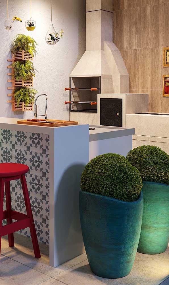 Olha que opção perfeita para ambientes pequenos: churrasqueira, forno e fogão a lenha integrados