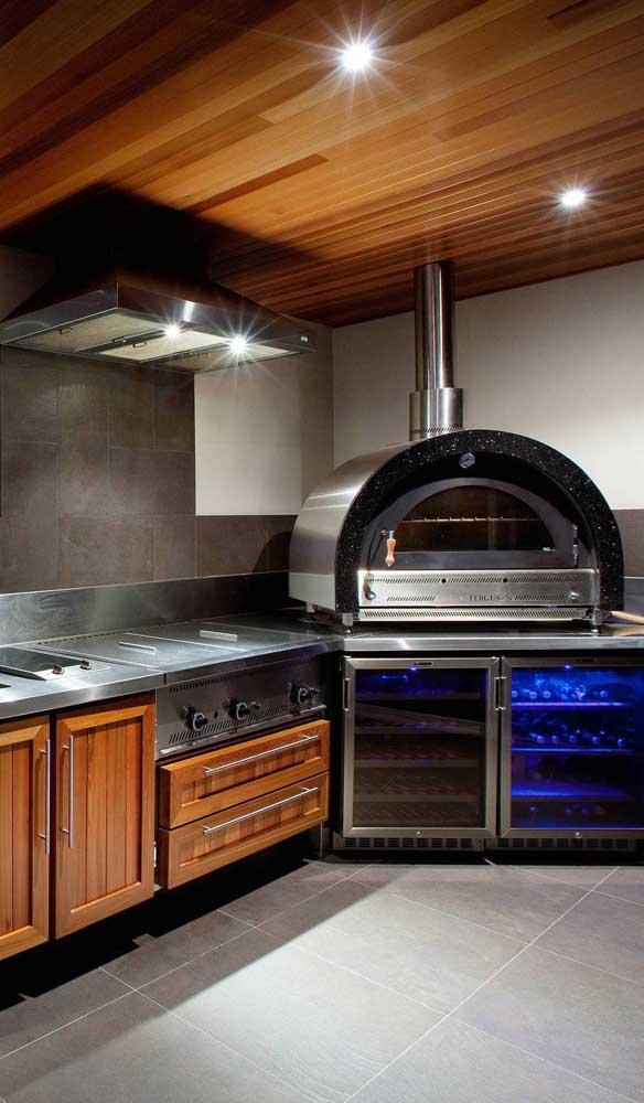 Forno a lenha super moderno para essa cozinha que esbanja estilo e personalidade