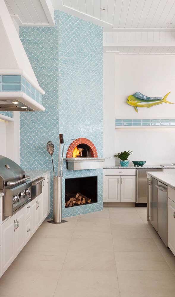 Bem diferente a proposta desse forno a lenha com revestimento cerâmico azul