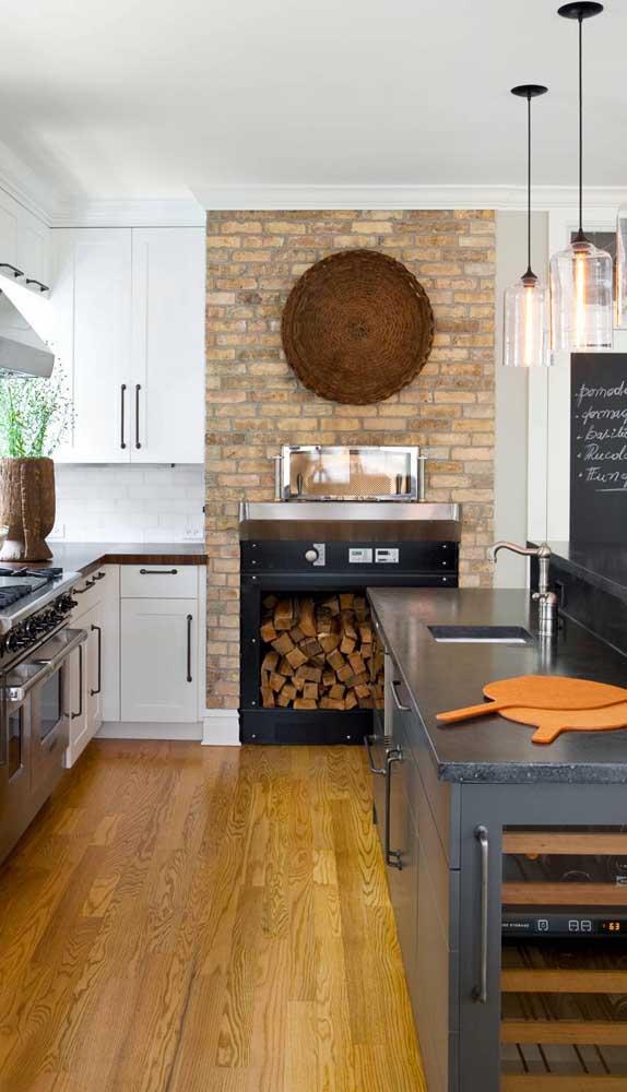 O toque de rusticidade, característico do forno a lenha, ficou por conta do revestimento de tijolinhos