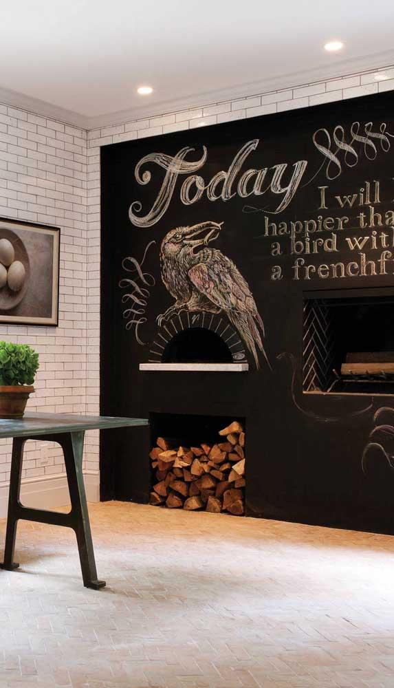 E o que acha de decorar o seu forno a lenha com uma parede lousa?