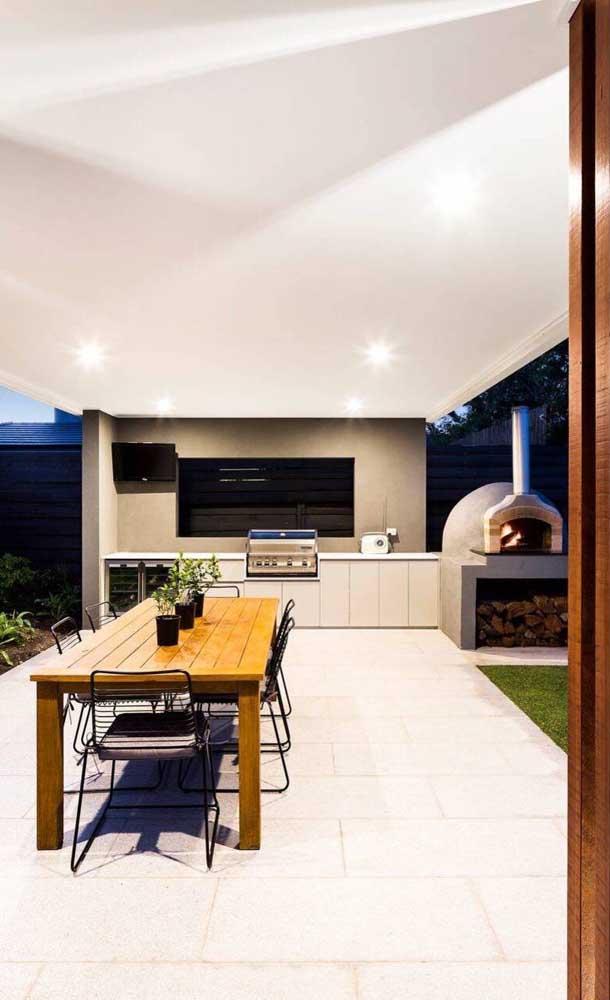 Nessa ampla varanda gourmet, o forno a lenha iglu foi deixado ao ar livre
