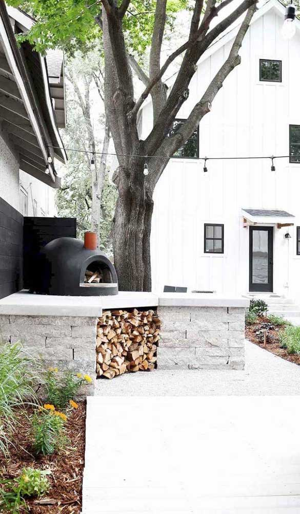 Faça chuva ou faça sol: forno a lenha iglu na área externa da casa