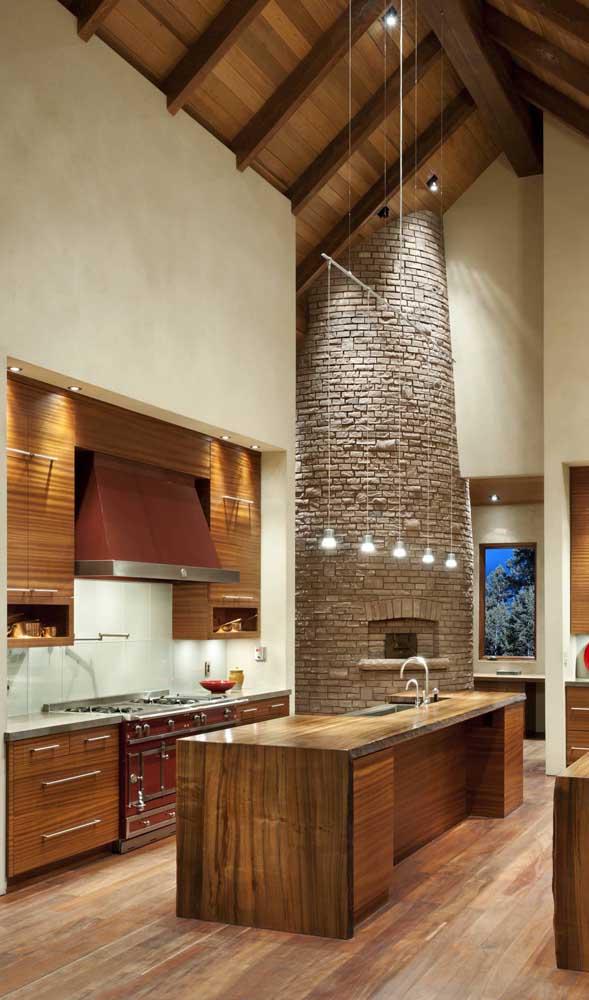 Nessa outra proposta, o forno a lenha acompanha a altura do pé direito da casa
