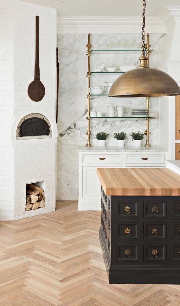 Esse espaço lindo em estilo provençal ganhou um forno a lenha de tijolinhos brancos