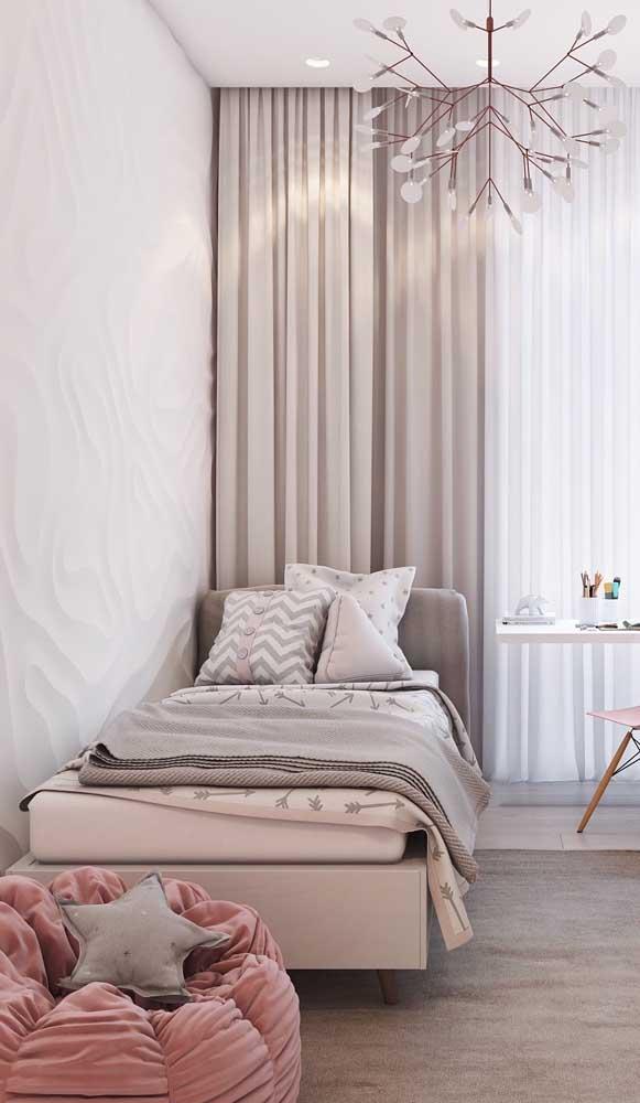 Puff redondo super macio e confortável decorando o quarto de menina