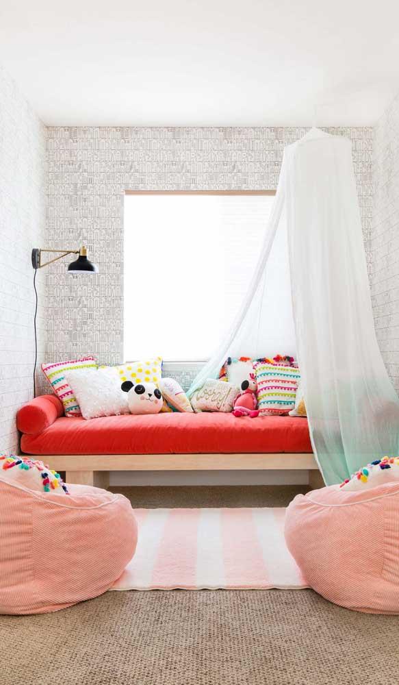 Dois puffs cor de rosa para decorar e acolher a pequena moradora do quarto