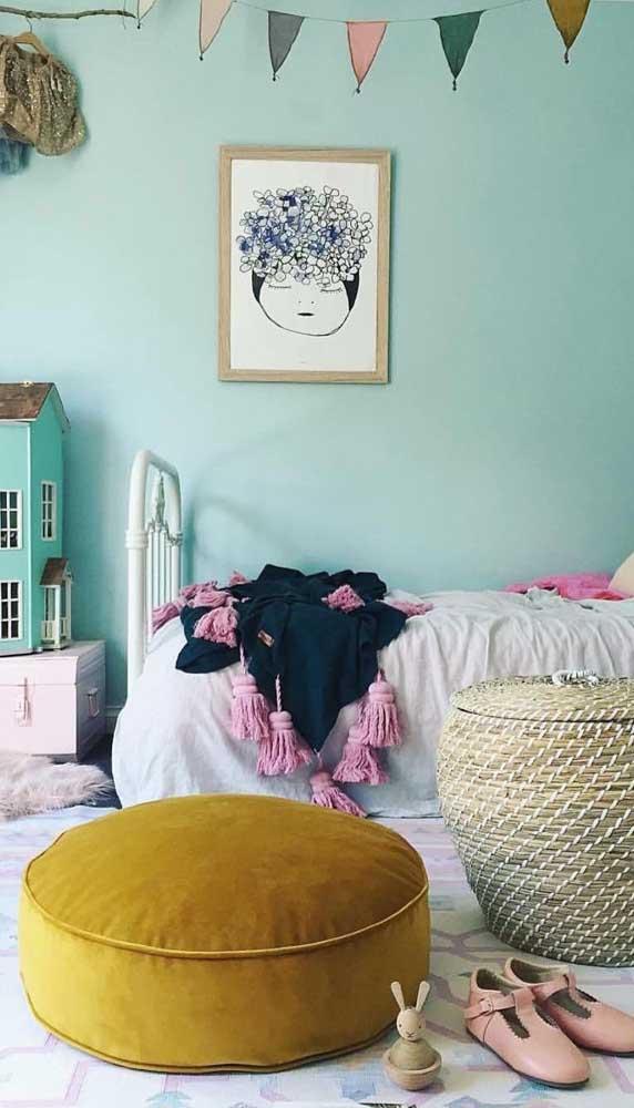 Aqui, o puff de veludo mostarda garante um toque de cor para o quarto infantil de menina