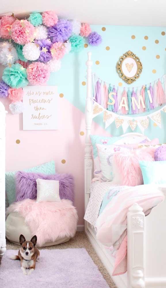 Almofadas e manta completam o visual desse puff no quarto de menina