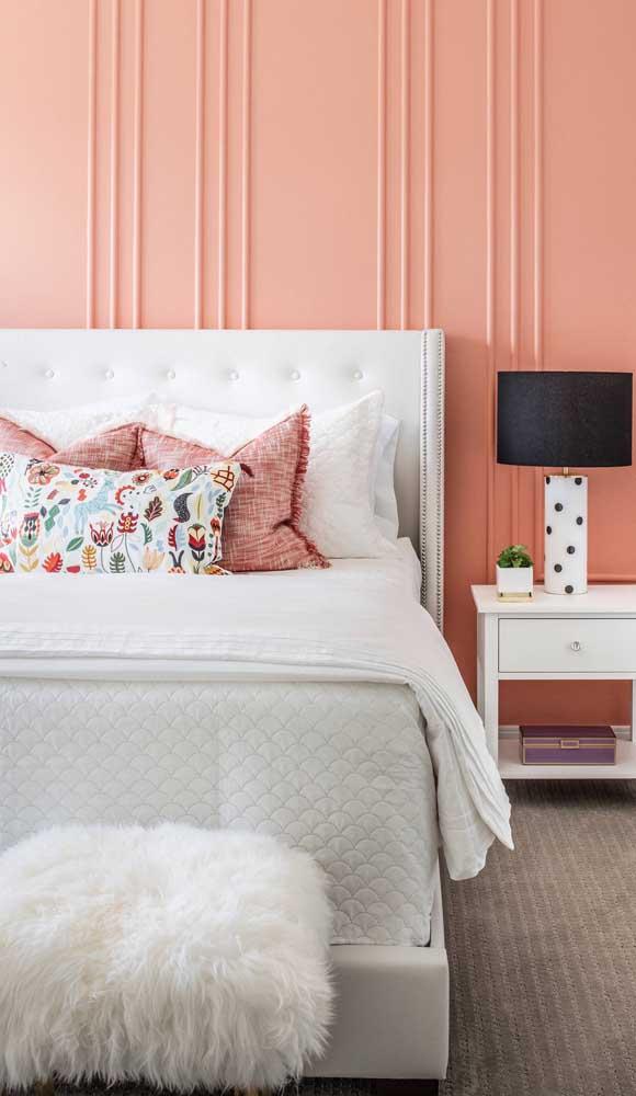 Puff de pelúcia baixinho na beirada da cama do casal, sempre pronto para dar aquela mãozinha na hora de se vestir e calçar os sapatos