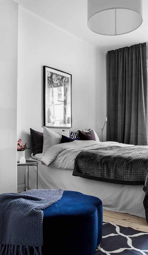 Puff de veludo azul para garantir aquele toque de elegância e glamour ao quarto do casal