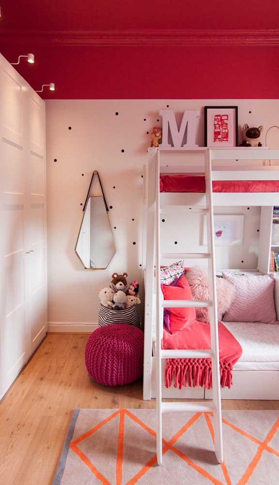 O puff pequeno de crochê encaixou feito uma luva na decoração delicada do quarto de menina